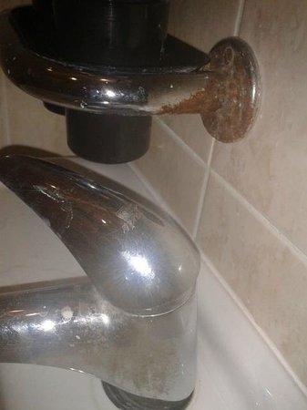 Hotel City Centre: La herrumbre en el baño y los accesorios de plástico barato