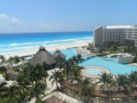 The Westin Lagunamar Ocean Resort Villas & Spa, Cancun: View of the grounds dring the day