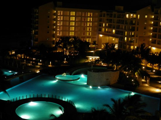 The Westin Lagunamar Ocean Resort Villas & Spa, Cancun: View of the grounds during the evening