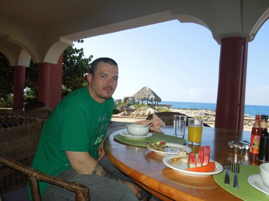 Coral Cove Resort: Every meal is delicious. Just when you think you can't eat anymore, another plate comes out!