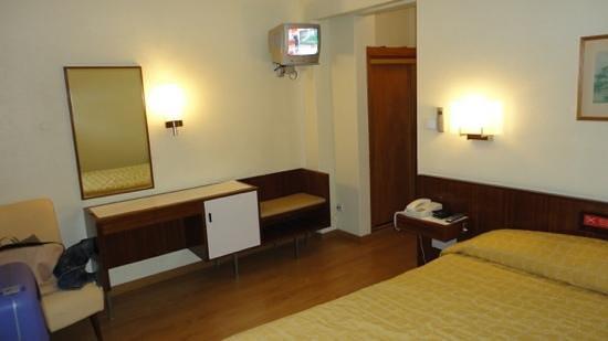 Hotel Da Nazare: tv na lateral da cabeceira da cama?? WTF