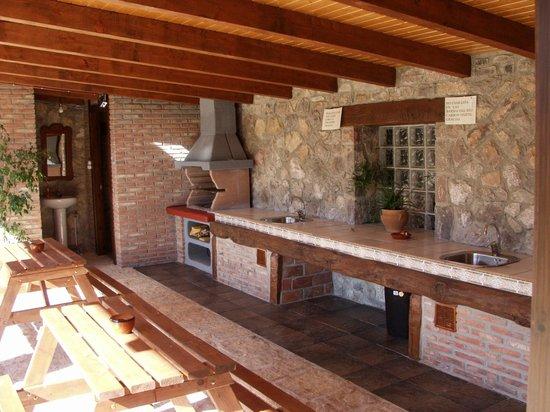 Barbacoas en zona verde fotograf a de la llobera for Cocina barbacoa exterior