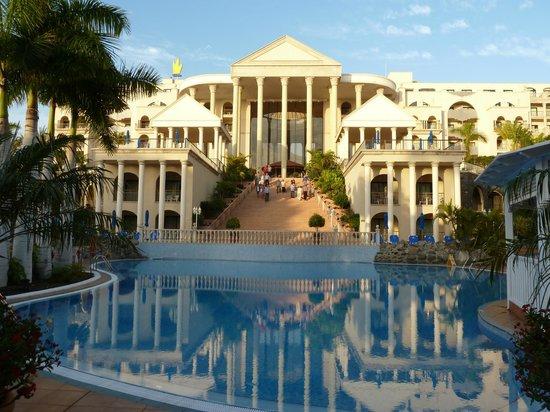 Bahia Princess Hotel: Hotel from pool