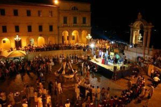 Hotel Grimaldi: Piazza della Repubblica in festa