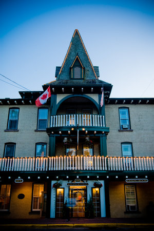 The Gananoque Inn and Spa: Main Entrance at night
