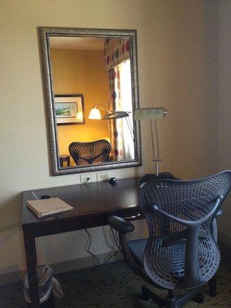 Hilton Garden Inn Pensacola Airport -Medical Center: writing/computer desk
