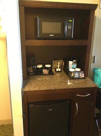 Hilton Garden Inn Pensacola Airport -Medical Center: Microwave, small frig, coffee, tea