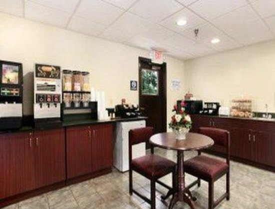Microtel Inn & Suites by Wyndham Manistee: Breakfast Area
