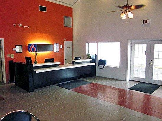 Motel 6 Harvey: Lobby