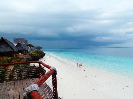 Royal Zanzibar Beach Resort: Blick links den Strand entlang....