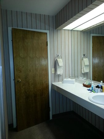 Lone Tree Golf Club & Hotel: Bathroom - dated decor, but very clean