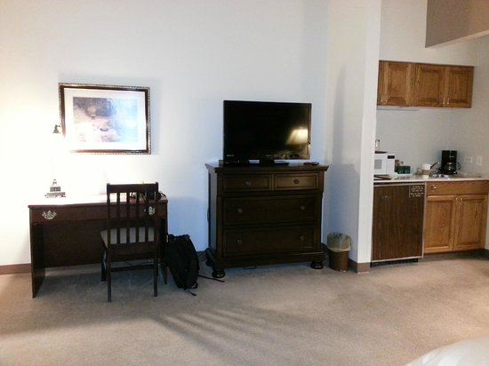 Lone Tree Golf Club & Hotel: Desk area, entertainment center, and kitchenette