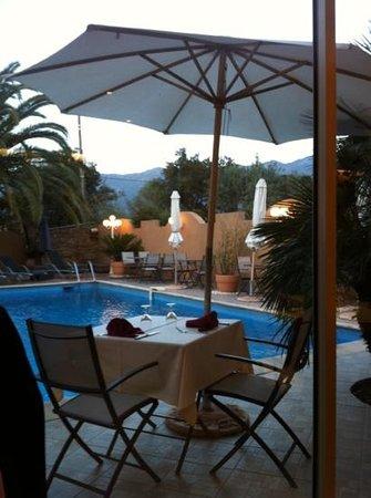Oletta, Francia: vue du restaurant sur la piscine