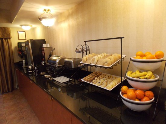 Comfort Inn & Suites : Complimentary Hot Deluxe Breakfast