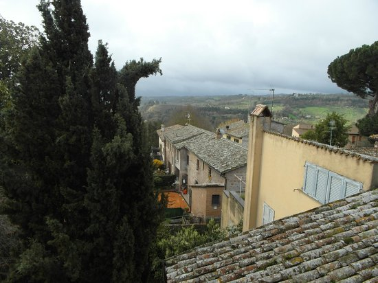 Hotel Maitani: The view from our room... Below, off the neighbouring Viccolo dei Dolci is a great potter's stud
