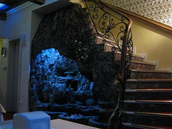 Elan Hotel: Decor of restaurant