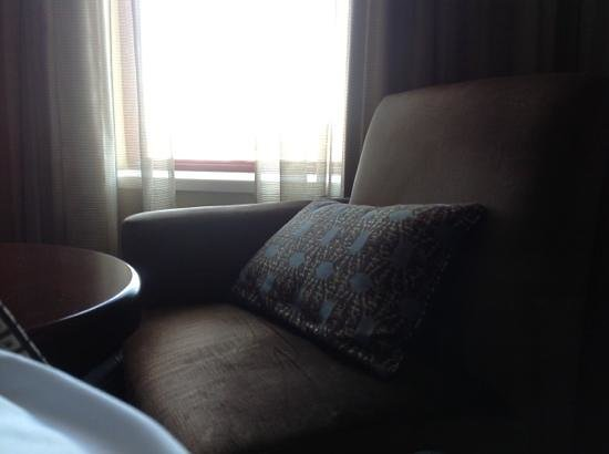 Hyatt Regency Buffalo: comfy chair and coffee table