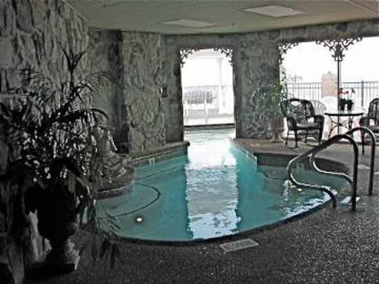 Boardwalk Plaza Hotel: Lobby heated indoor/outdoor spa pool