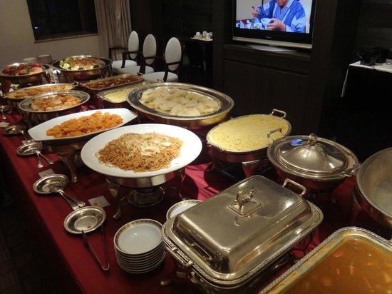 Courtyard Tokyo Ginza Hotel: スイートルームでの夕食(宴会料理)