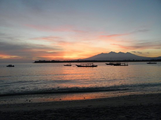 Laguna Gili Beach Resort: view from the beach in front of the resort