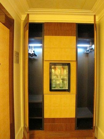 UNA Hotel Roma: minibar and closets