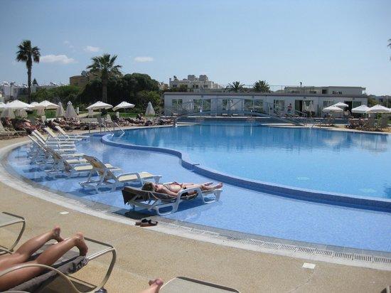 Sunprime Ayia Napa Suites: Den dejlige pool, med masser af solsenge og parasoller