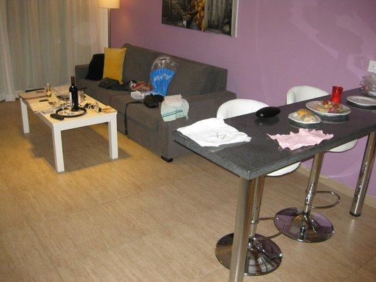 Sunprime Ayia Napa Suites: Møblement og lille spisekrog