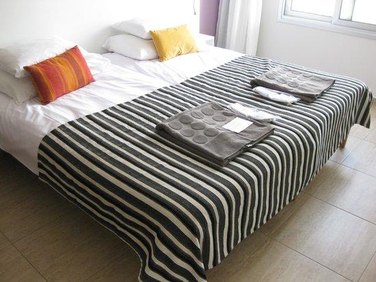 Pænt soveværelse med badekåber og tøfler (64062081)
