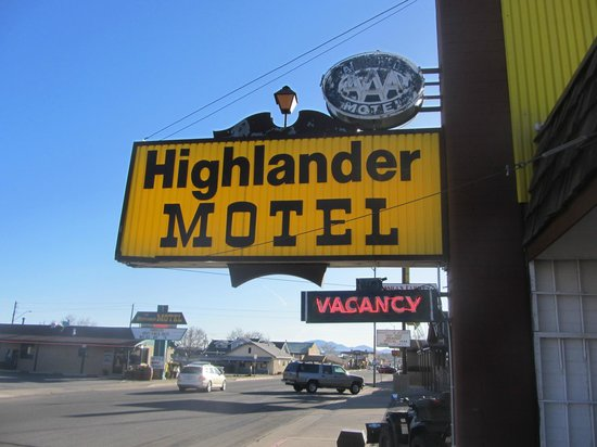 Highlander Motel: Sign