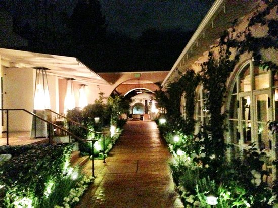 Hotel Bel-Air: Walkway to the lobby
