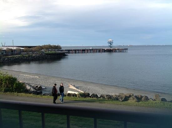 Red Lion Hotel Port Angeles: walking path and beach outside our room.