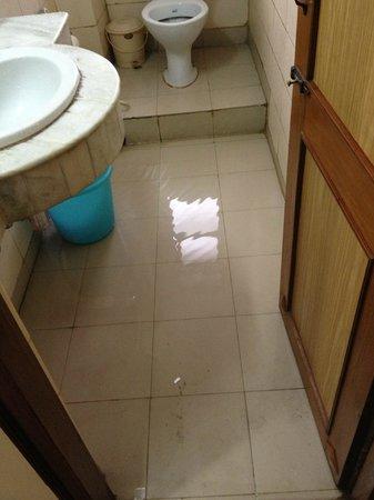Hotel Amrit Regency: Full of water after bath