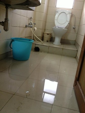 Hotel Amrit Regency: full of water