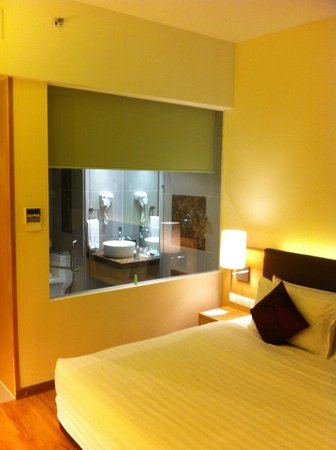 1 Borneo Hotel: The large bathroom window with privacy screen