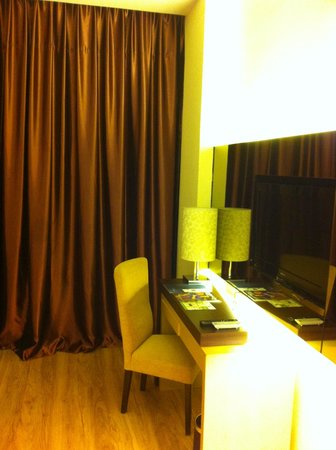 1 Borneo Hotel: workdesk area