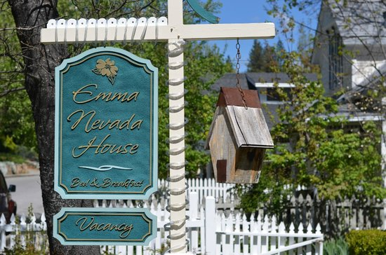 Emma Nevada House: Easy to spot from the road