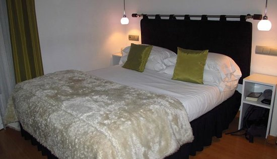 Hostal Santo Domingo: Our comfortable bed in the room # 211!
