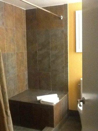 Wine Valley Inn & Cottages : Large, modern bathroom