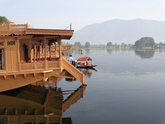 WelcomHeritage Gurkha Houseboats: The view of the lake from the sit-out area of the houseboats
