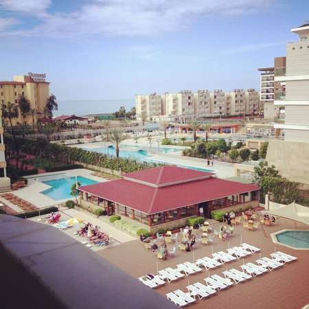 Titan Garden Hotel: Poolen og udsigt fra altanen