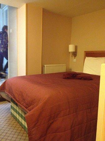 Abbey Hotel: Кровать
