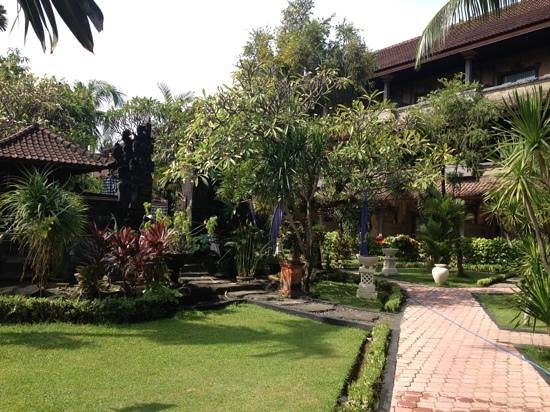 Satriya Cottages: It stays very nice in the shade.