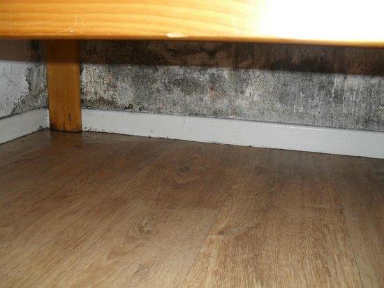 Residence Le Surf des Neiges : Humidité sous les lits