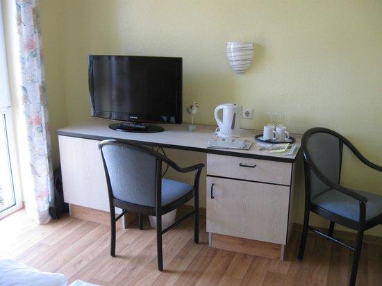 Hotel Strandhaus Monchgut: Schreibtisch mit Fernsehgerät