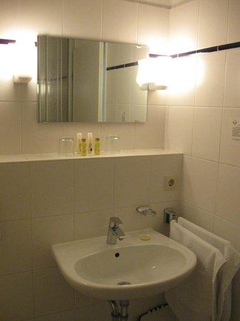 Hotel Strandhaus Monchgut: Angenehmes Bad mit Waschbecken