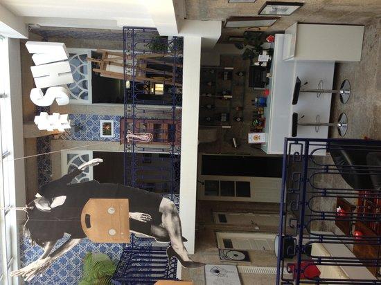 Gallery Hostel: Bar & living room