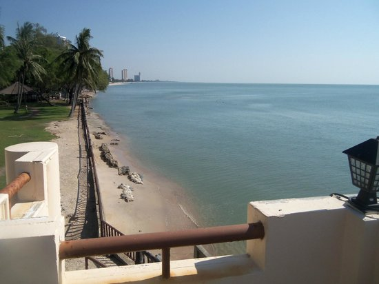 Sea Breeze Guest House: View from the top of the balcony, down to the beach