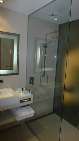 Novotel Auckland Airport: Executive King room, facing airport