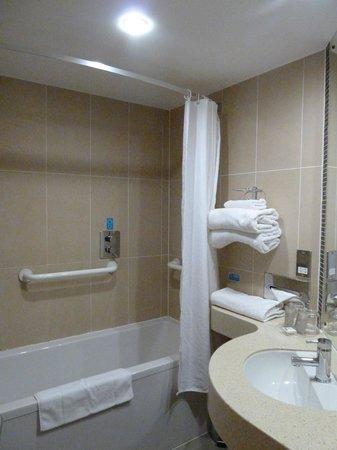 Future Inn Cabot Circus Hotel: Cuarto de baño