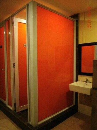 Mercury Backpackers' Hostel : the shared bathroom (third floor)